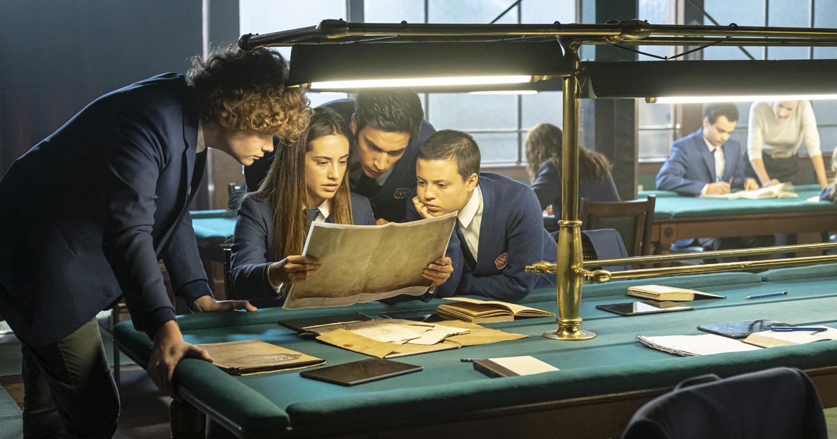 alcuni allievi sono in biblioteca e studiano un antico libro - nerdface