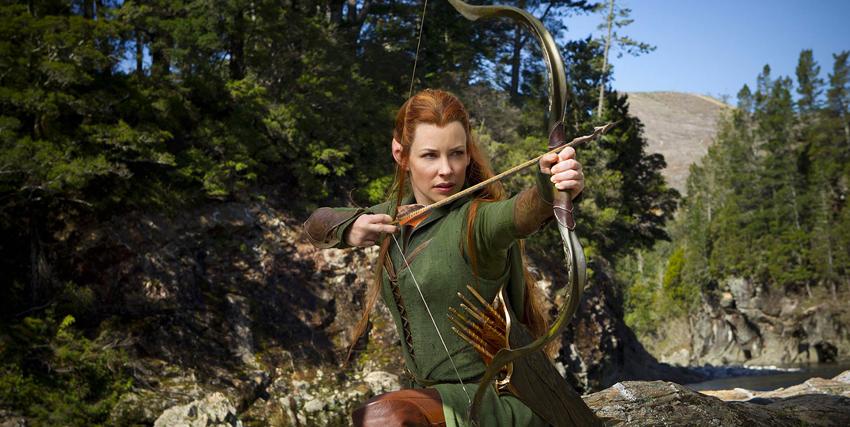 Primo piano di Evangeline Lilly mentre sta per scoccare una freccia con il suo arco ne Lo Hobbit - nerdface