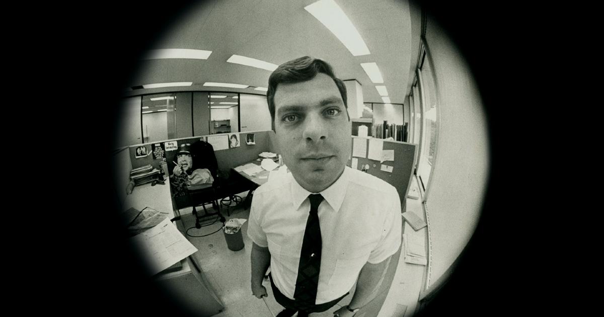 un ritratto del giornalista maury terry come se fosse inquadrato da uno spio0ncino della porta - nerdface