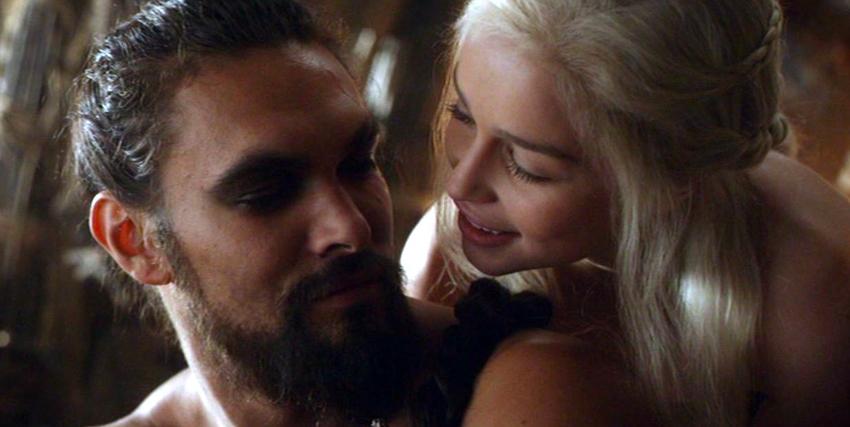 kahl drogo e daenerys targaryen si guardano con amore - nerdface
