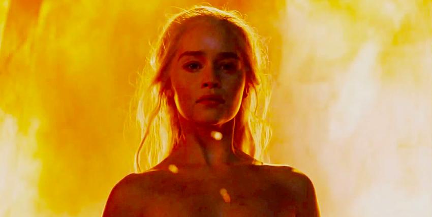la regina dei draghi avvolta dalle fiamme - nerdface