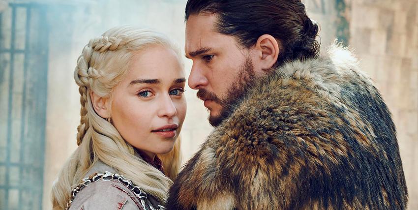 daenerys targaryen e jon snow quasi si abbracciano, ma le i guarda in camera, mentre lui sembra cupo - nerdface