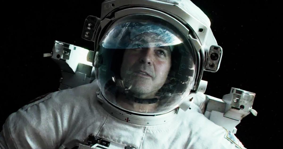 Primo piano di George Clooney con la tuta spaziale nel film Gravity - nerdface