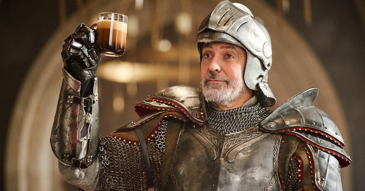 Primo piano di George Clooney con indosso un'armatura in uno spot Nespresso - nerdface