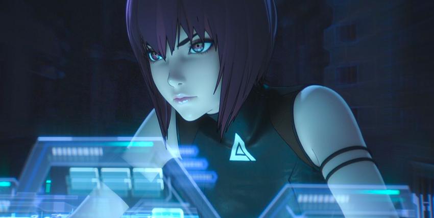 la protagonista osserva uno schermo olografico azzurro in una sala buia - nerdface