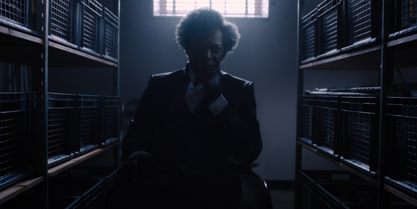 Primo piano al buio di Samuel L. Jackson nel film Glass - nerdface