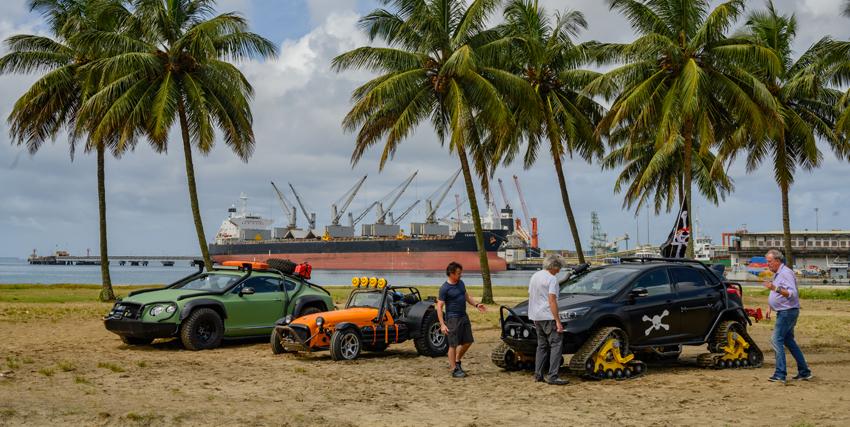 i tre conduttori osservano le tre auto modificate per affrontare la caccia al tesoro - nerdface