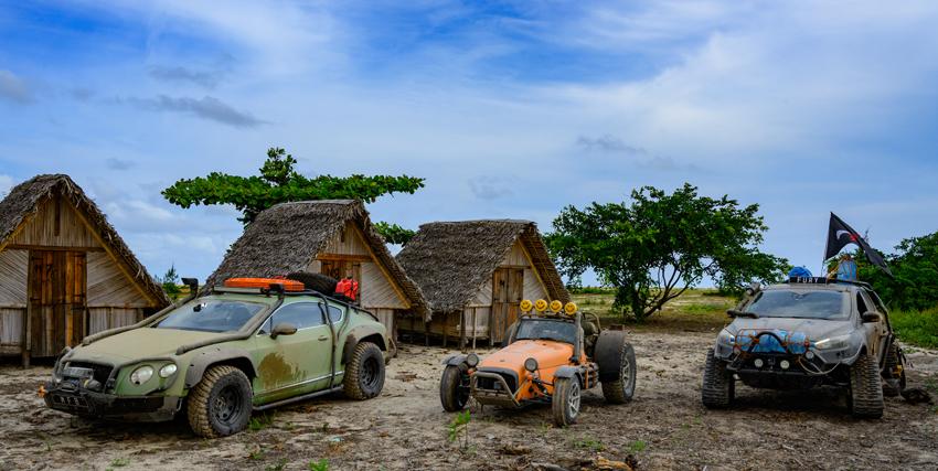 le tre auto modificate per la caccia al tesoro sono ferme e ricoperte di fango - nerdface