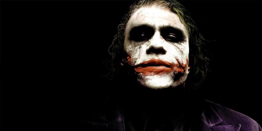 Primo piano di Heath Ledger nei panni di Joker nel film Il Cavaliere Oscuro - nerdface