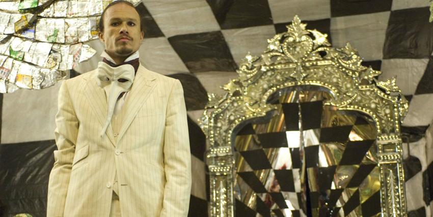 Heath Ledger di fianco uno specchio nel film Parnassus - nerdface