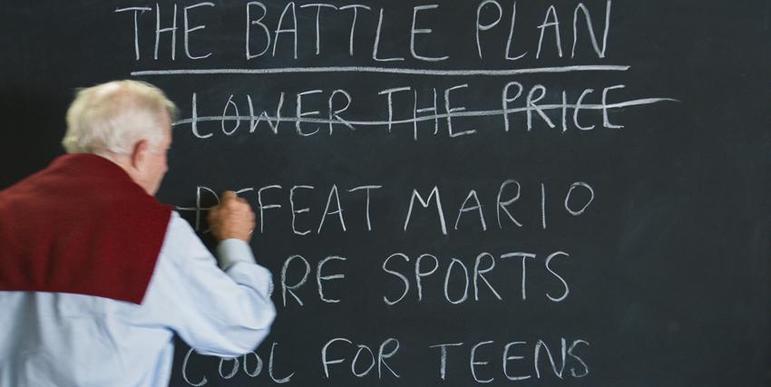 un uomo alla lavagna sta cancellando una serie di voci per stabilire il battle plan - nerdface