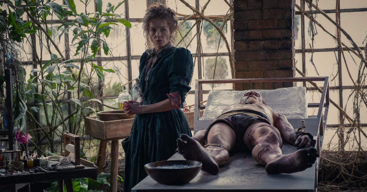 una donna è accanto al lettino della morgue sul quale giace il corpo rattoppato di un cadavere - nerdface