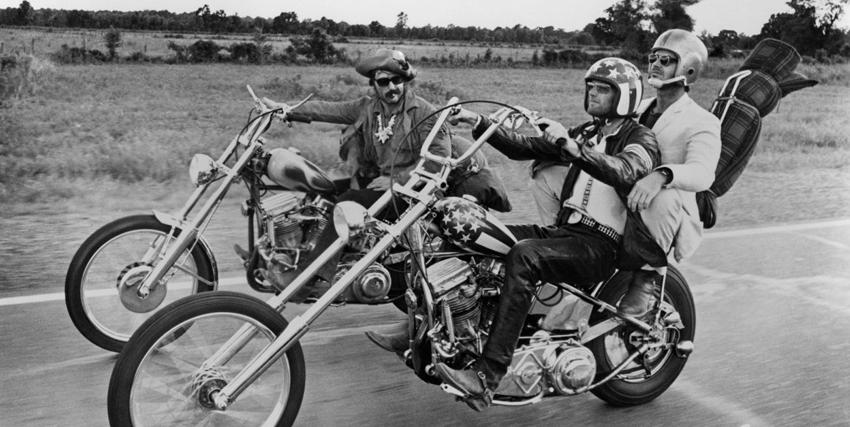 Jack Nicholson su un centauro affiancato a un altro motociclista - nerdface