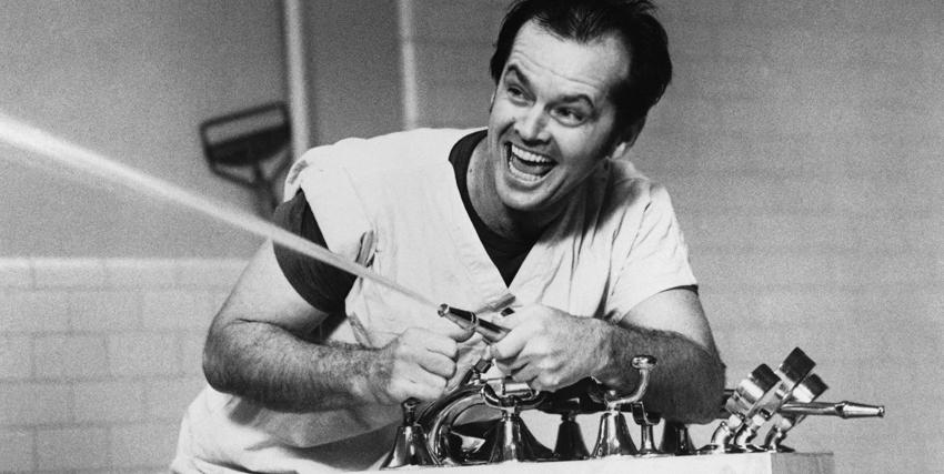 Jack Nicholson spruzza l'acqua di una fontanella - nerdface