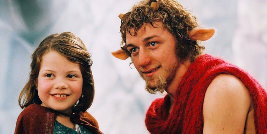 James McAvoy accanto alla protagonista mentre veste i panni del fauno Tumnus ne Le Cronache di Narnia - nerdface