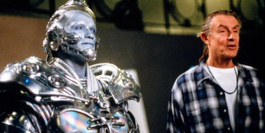 Joel Schumacher insieme a mr. Freeze - nerdface