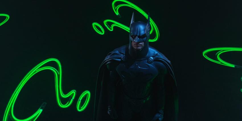Batman con sullo sfondo i punti interrogativi dell'Enigmista - nerdface
