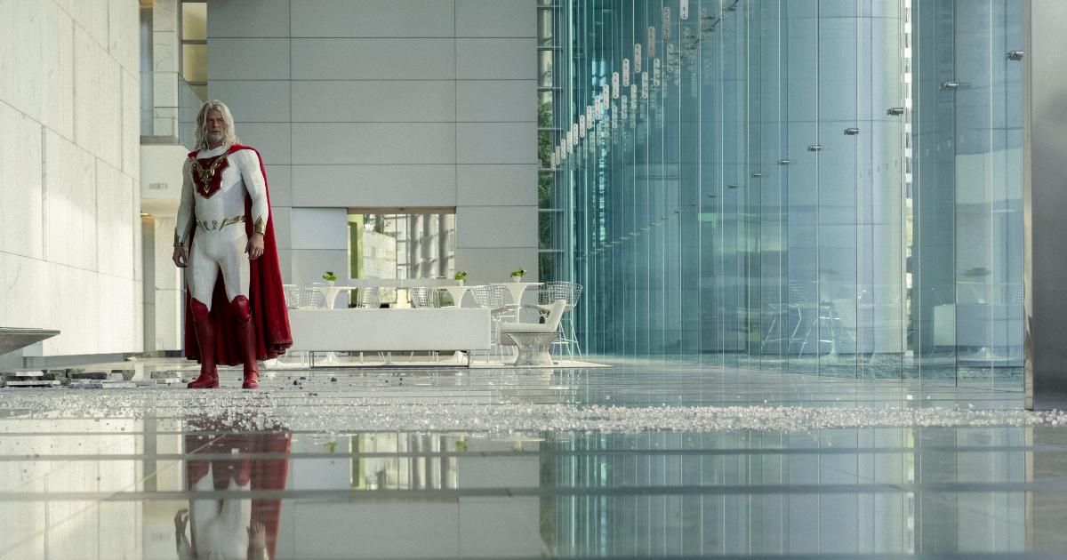 il leader degli eroi è nell'androne di un grattacielo tutto vetri - nerdface