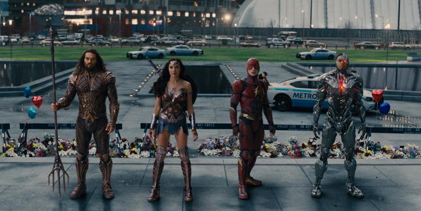 La Justice League schierata con alle spalle una piazza - nerdface