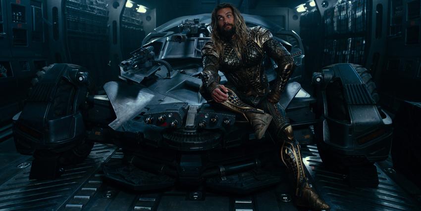 Aquaman seduto sul cofano della Batmobile- nerdface