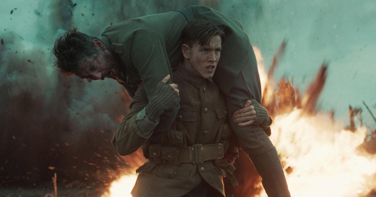 il giovane protagonista del film porta sulle spalle un compagno ferito nel mezzo della battaglia - nerdface