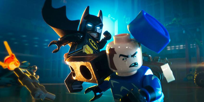 Lego Batman colpisce con un calcio un nemico - nerdface
