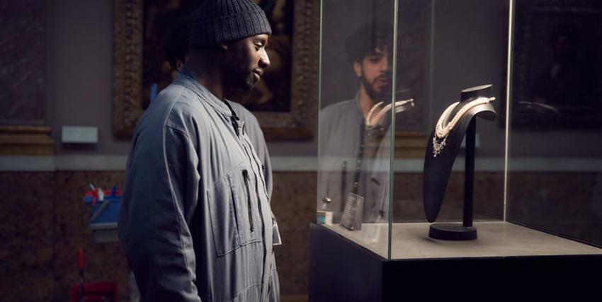 omar sy osserva con desiderio il collier di maria antonietta esposto in una teca - nerdface