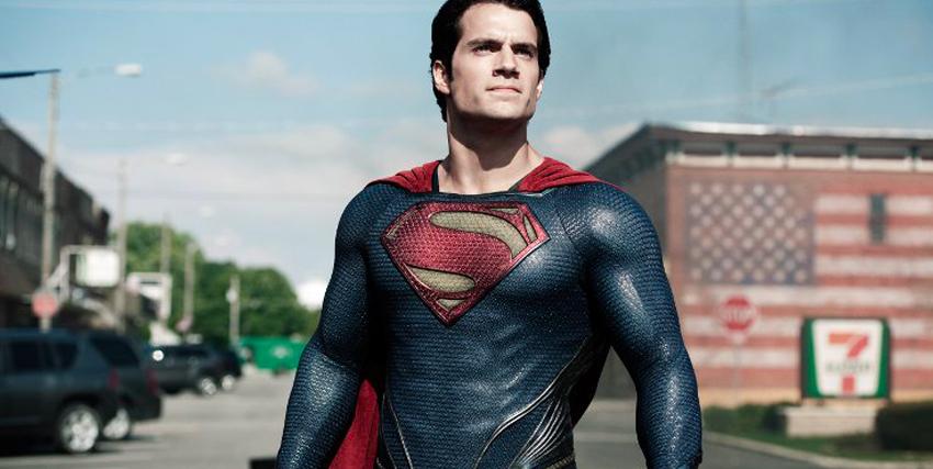 Henry Cavill nei panni di Superman in strada che scruta l'orizzonte - nerdface