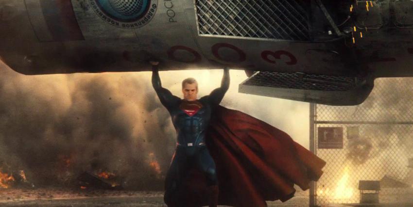 Superman solleva un grosso silos di metallo - nerdface