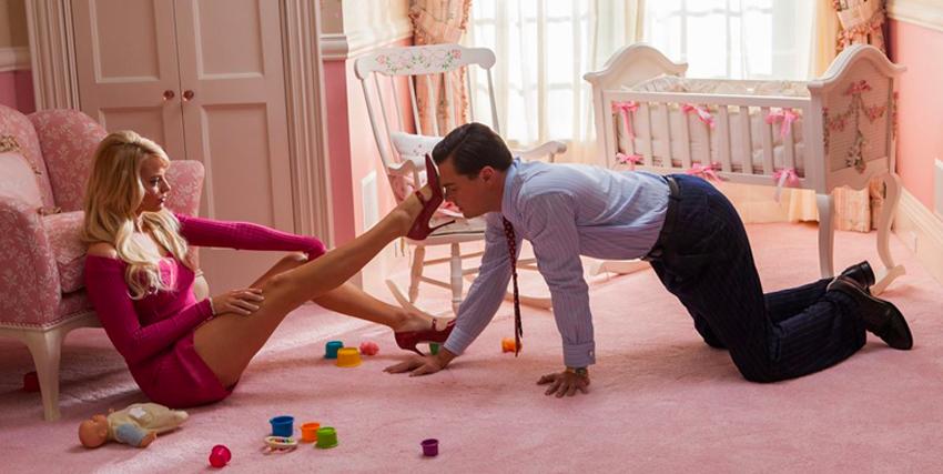 Margot Robbie con il piede sull faccia di Leonardo Di Caprio in The Wolf of Wall Street - nerdface
