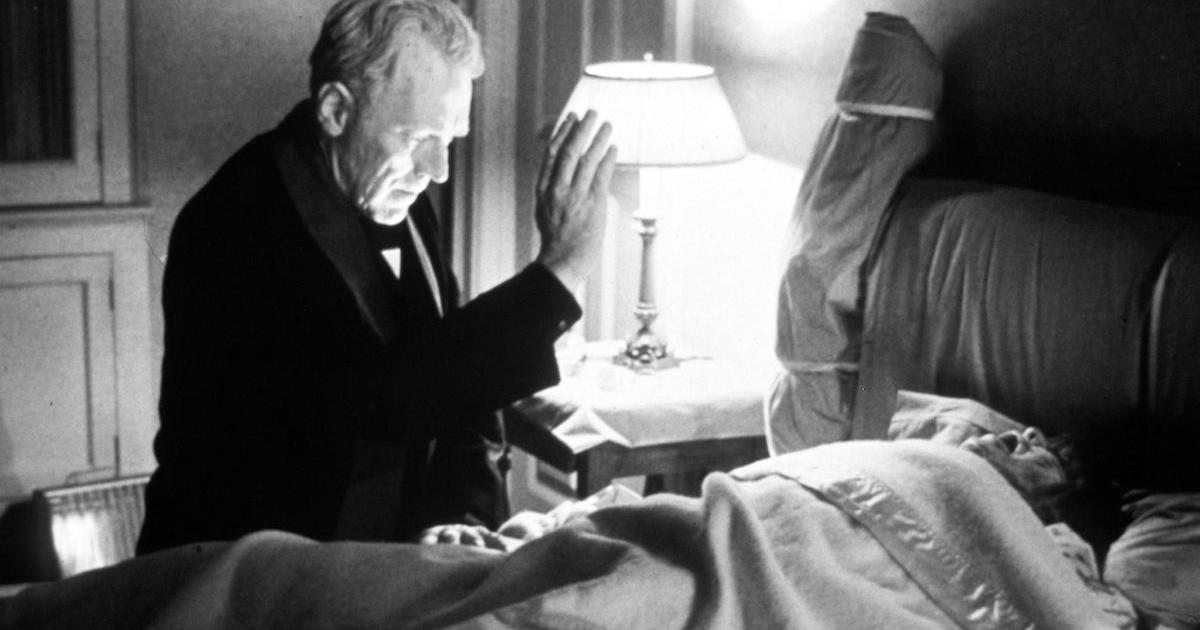 max von sydow cerca di esorcizzare la sfortunata protagonista del film l'esorcista - nerdface