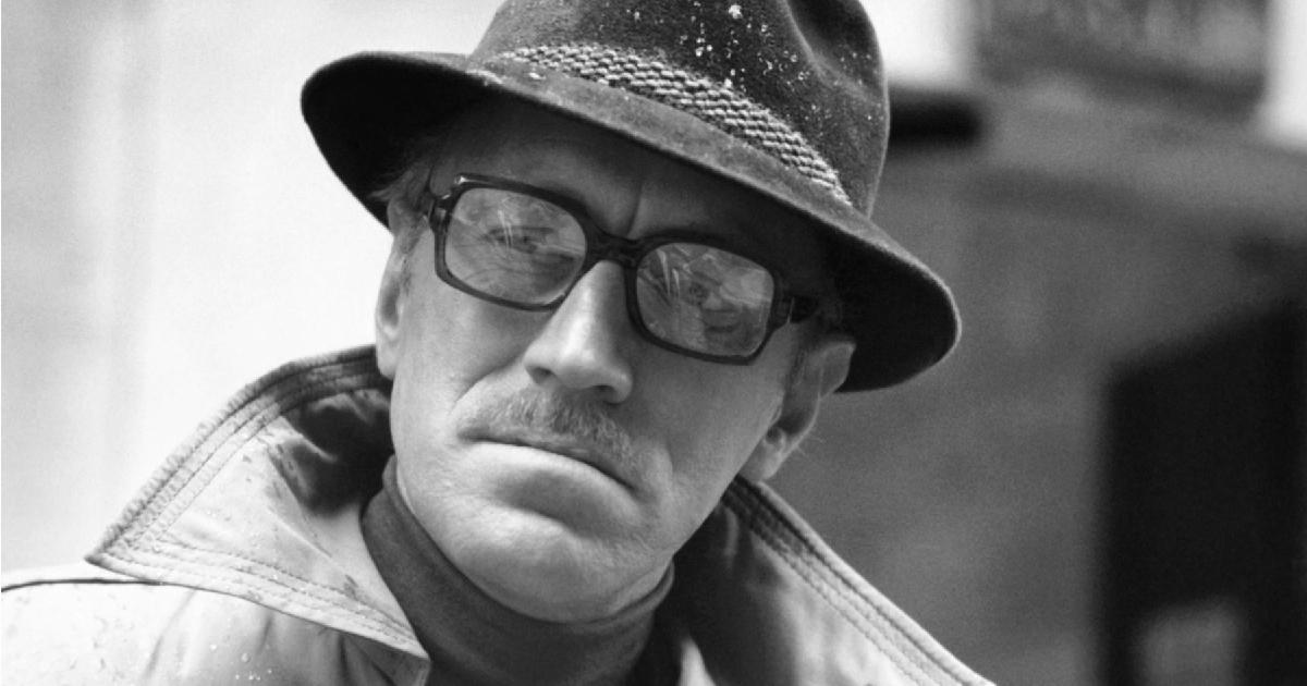 max von sydow con occhiali e cappello è la glaciale spia de i tre giocrni del condor - nerdface
