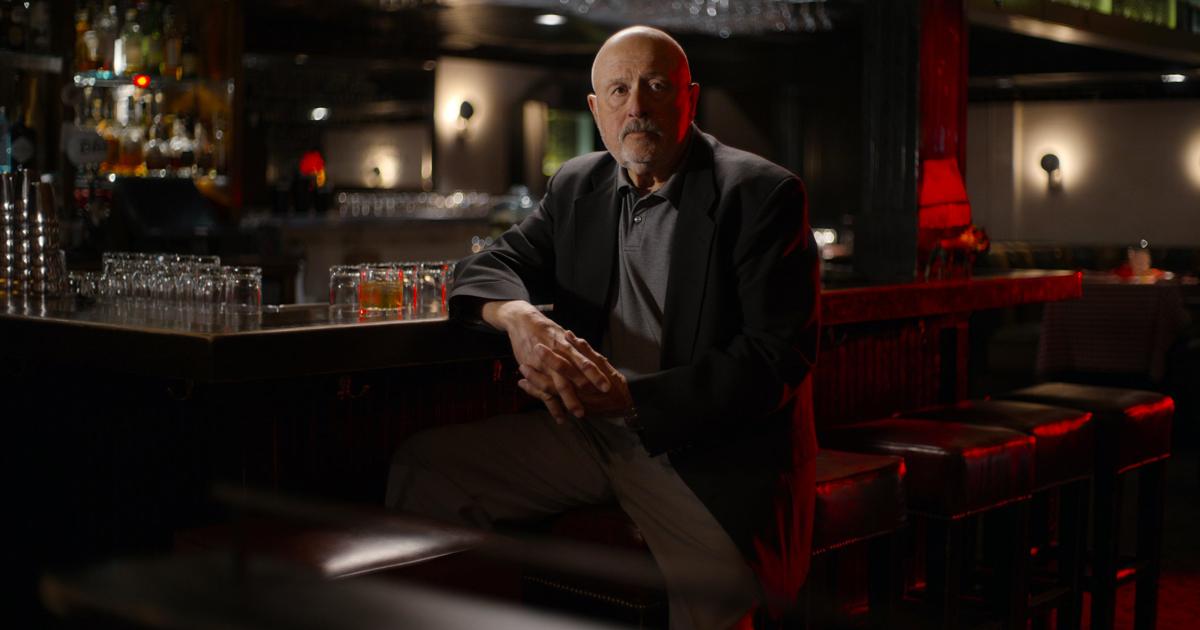 un altro detective chiamato a investigare sul night stalker è in posa in un bar - nerdface