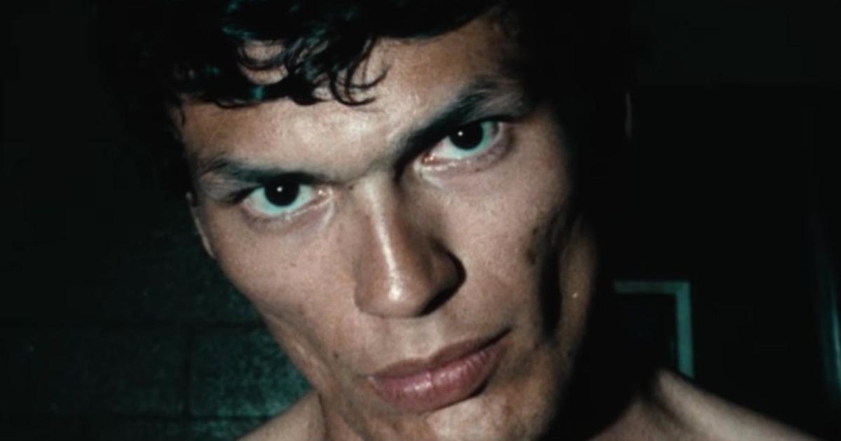 una foto in primo piano del night stalker, un uomo davvero dallo sguardo nero e inquietante - nerdface