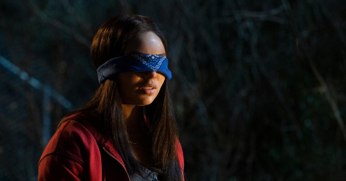 una ragazza bendata sembra piuttosto in tensione, forse pensando alla prova che dovrà affrontare - nerdface