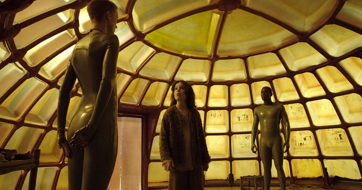 sotto una cupola gialla, i due androidi sembrano avere una discussione con il figlio superstite - nerdface