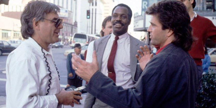 Richard Donner insieme ai protagonisti di Arma Letale sul set del film - nerdface