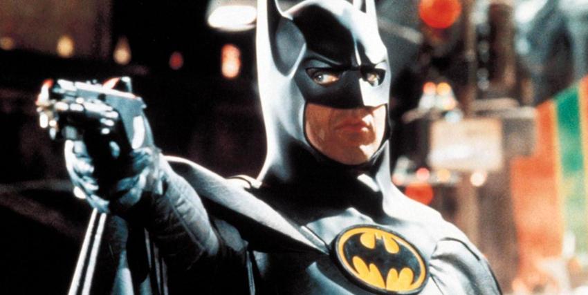 Michael Keaton nei panni di Batman punta la pistola - nerdface