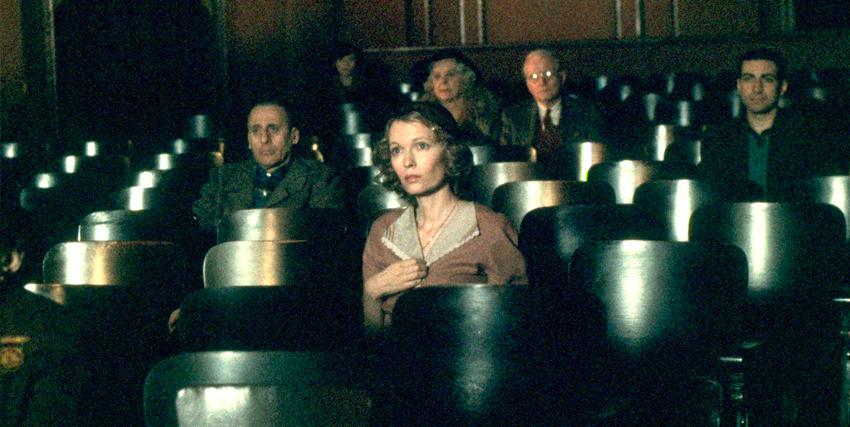Cecilia in una sala cinematografica guarda un film in La Rosa Purpurea del Cairo - nerdface