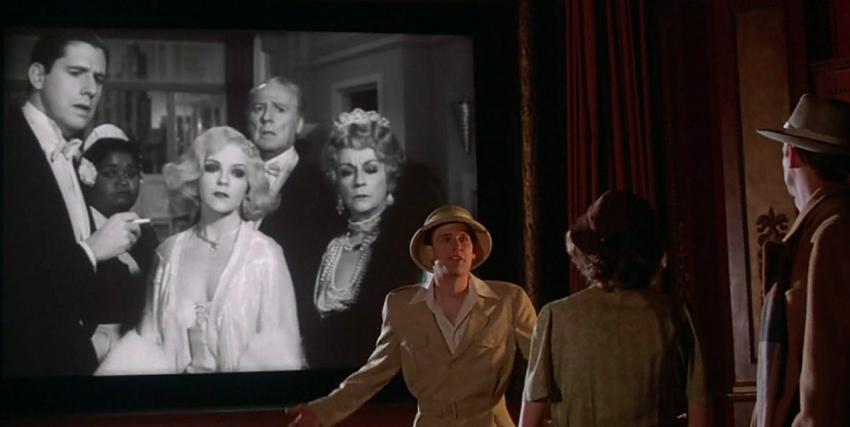Tom Baxter parla con Cecilia con alle spalle la proiezione del film da cui è appena fuggito in La Rosa Purpurea del Cairo - nerdface