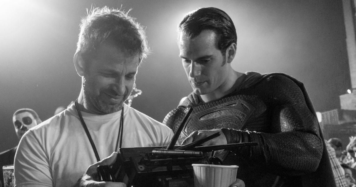 Snyder mostra delle indicazioni a Superman - nerdface