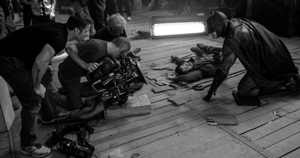 Snyder con la troupe filma una scena di Batman in Batman v Superman - nerdface