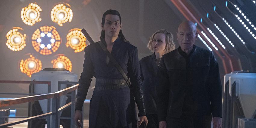picard cammina sul ponte di una nave insieme a due persone - nerdface