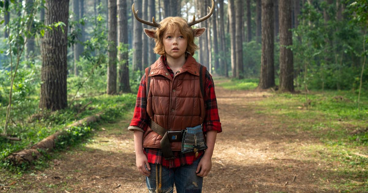 gus. il giovane protagonista con le corna da cervo, è nel mezzo di un sentiero nel bosco - nerdface