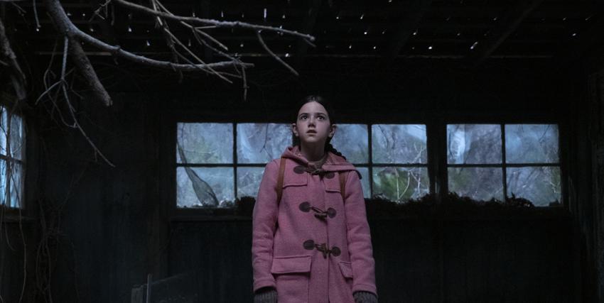 una bambina con un cappotto rosa è dentro una casa al cui intenro sembra che nevichi - nerdface