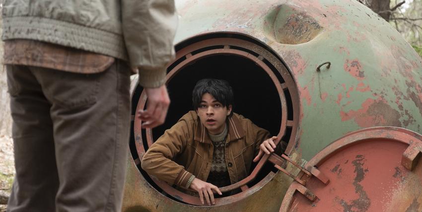 un ragazzo esca da una vecchia capsula spaziale arrugginita - nerdface