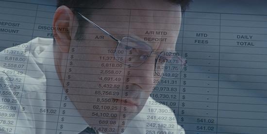 ben affleck sta studiando un documento pieno zeppo di numeri - nerdface