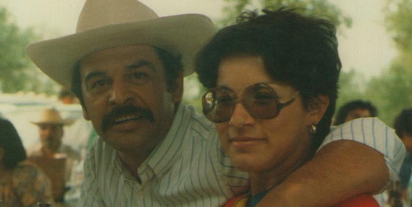 l'agente kiki camarena è in posa, sorridente e sereno con sua moglie - nerdface