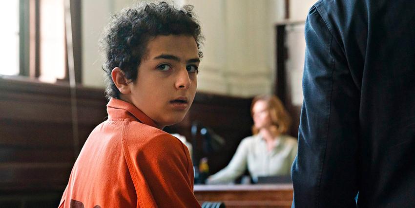 il bambino colpevole del delitto è seduto accanto al suo legale durante il processo - nerdface