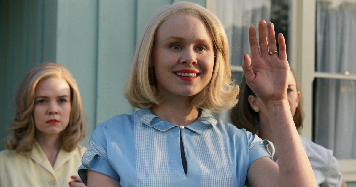 una donna bianca saluta con finta gentilezza i nuovi arrivati - nerdface